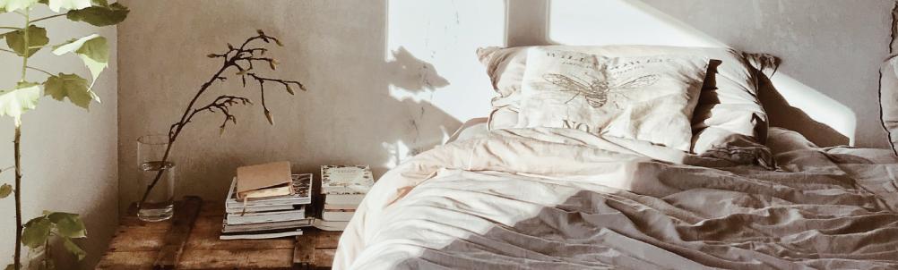 朝日が差し込むベッドの画像