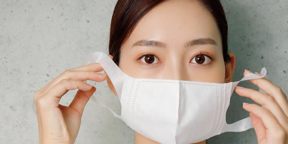 マスクをつける女性の画像
