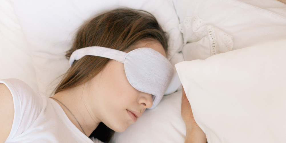 睡眠をとる女性の画像