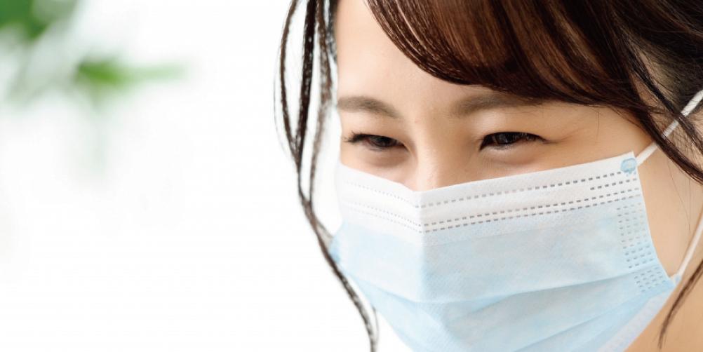 マスクをした女性の目元の画像