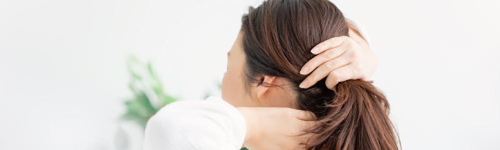 髪を結ぶ女性の画像