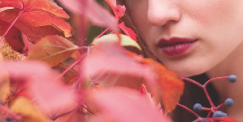 紅葉と女性の画像
