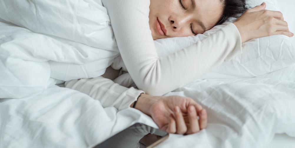 眠る女性の画像