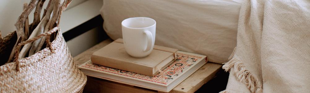 ベッドとマグカップの画像